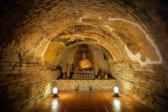Buddhastatyn i en av tunnelbanan gräver på Wat Umong, Chiang Mai, Thailand Fotografering för Bildbyråer