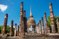 Buddhastatyn i historiskt parkerar av Thailand Royaltyfria Foton