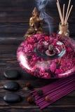 Buddhastatyn, nödvändiga oljor, rökelse klibbar och stenmassagen Royaltyfria Bilder