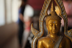 Buddhastatyn och donerar mynt Royaltyfria Bilder