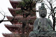 Buddhastatyn runt om den Sensoji templet i Asakusa royaltyfria foton