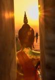 Buddhastatyn ser dig Arkivbilder