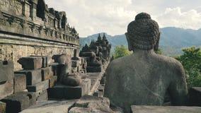 Buddhastenstaty på väggen av den Borobudur templet stock video