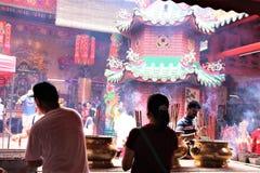 Buddhish-eifrige Anhänger, die an einem chinesischen Tempel in Kuala Lumpur beten stockfoto