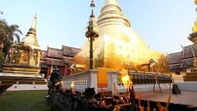 buddhism świątynia dłoni Złota stupa w świątynnym Wacie Phra Singh Chang Mai, Północny Tajlandia zdjęcie wideo
