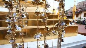 buddhism Buddyjscy dzwony w świątyni Święty symbol Tradycyjni Buddyjscy modlenie dzwony zbiory wideo