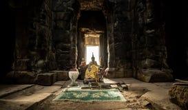 Buddhismerbjudande för Ta Prohm royaltyfri fotografi
