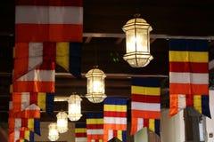 Buddhismus-Flaggen und Lichter Stockfotografie