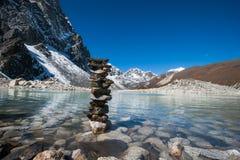 Buddhismus: Steine und heiliger See nahe Gokyo stockbild