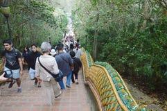 Buddhismus und Tourist herauf den alten Tempel Treppe Wat Phrathat Doi Sutheps in Thailand Stockbilder