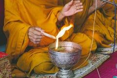 Buddhismusmönche sind beten und formalisieren das Weihwasser oder den gesegneten Wasser Filmton Lizenzfreie Stockbilder