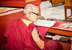 Buddhist monk is reading mantra in Bouddanath in Kathmandu Stock Photography
