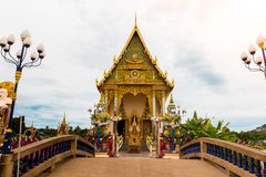 Buddhist temple with crossed bridge and giant statue at Wat Plai. Lam, Koh Samui, Thailand Stock Photography