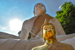 Buddhist zwei mit blauem Himmel stockfotos