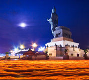 Buddhisten mit heller Kerze in den Händen gehend um Buddha-Statue stockfoto