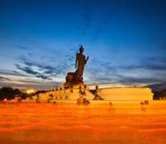 Buddhisten mit heller Kerze in den Händen gehend um Buddha-Statue stockfotografie