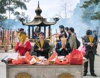 Buddhistische Anbetung, die Joss in PO Lin Monastery brennt lizenzfreie stockfotos