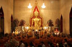 Buddhistische betende Mönche stockfoto