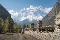 Buddhistische betende Wand in der Landschaft in Annapurna-Stromkreis stockfotografie