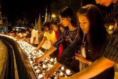 Buddhistische eifrige Anhänger, die Kerzen beleuchten stockbild