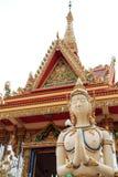 Buddhistische Engelsstatue, die vor dem Tempel begrüßt Lizenzfreie Stockfotos