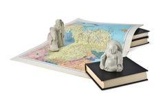 Buddhistische Figürchen und eine Karte von China Stockbilder