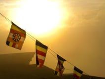 Buddhistische Flaggen, die zum Morgengebet durchbrennen Lizenzfreie Stockfotografie