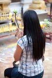 Buddhistische Frau, die auf Vorabend betet Lizenzfreie Stockfotos