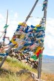 Buddhistische Gebetmarkierungsfahnen auf Gebirgsdurchlauf Lizenzfreie Stockbilder
