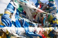 Buddhistische Gebetmarkierungsfahnen auf Gebirgsdurchlauf Stockbild
