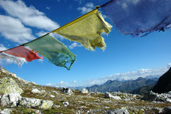 Buddhistische Gebetmarkierungsfahnen im Wind Lizenzfreies Stockfoto