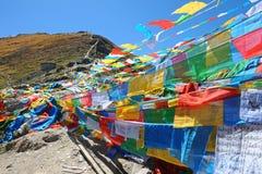 Buddhistische Gebetmarkierungsfahnen mit blauem Himmel Lizenzfreie Stockbilder