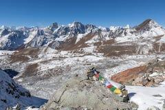 Buddhistische Gebetsflaggen auf Gebirgssteinhaufen an Stockfotos