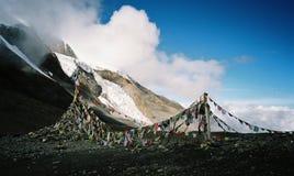 Buddhistische Gebetsflaggen im Himalaja Lizenzfreie Stockfotografie