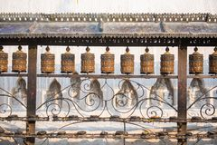 Buddhistische Gebetsräder am Affe-Tempel in Nepal Stockfotos