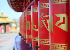 Buddhistische Gebetsräder der roten Farbe lizenzfreies stockbild