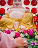Buddhistische Gebetsszene lizenzfreie stockfotos