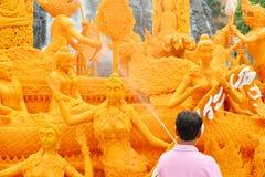Buddhistische geliehene Kerze: 2-8-2015: Nakhon Ratchasima, Thailand: die Prozession von buddhistischen geliehenen Kerzen stockfoto