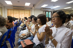 Buddhistische Leute beten für Buddha Stockbild