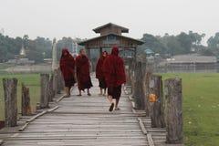 Buddhistische Mönche auf U-Beinbrücke Stockbild