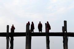 Buddhistische Mönche auf U-Beinbrücke Stockbilder