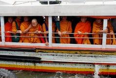 Buddhistische Mönche auf Wasser-Taxi, Bangkok Stockbilder