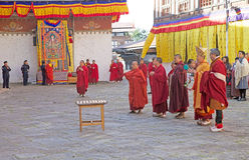 Buddhistische Mönche beim Trongsa Dzong, Trongsa, Bhutan Stockfotos