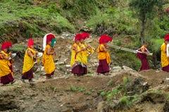 Buddhistische Mönche an der Zeremoniefeier in Nepal-Tempel stockfotografie