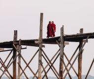Buddhistische Mönche, die auf die Brücke auf Myanmar gehen stockfoto