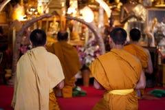 Buddhistische Mönche, die auf Vorabend beten Stockbilder