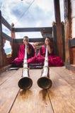 Buddhistische Mönche, die tibetanische Hörner, Bumthang-Tal, Bhutan spielen stockbilder