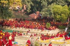 Buddhistische Mönche, die unter dem bodhi Baum an Mahabodhi-Tempel sitzen lizenzfreies stockfoto