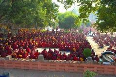 Buddhistische Mönche, die unter dem bodhi Baum an Mahabodhi-Tempel sitzen Lizenzfreie Stockbilder