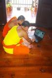 Buddhistische Mönche mit dem Computer Lizenzfreies Stockfoto